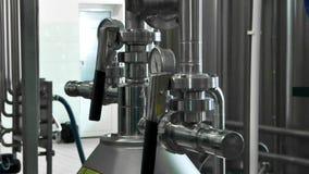 Εξοπλισμός στο εργοστάσιο γάλακτος απόθεμα βίντεο