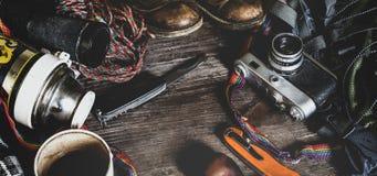 Εξοπλισμός ταξιδιού πεζοπορίας στην ξύλινη επιφάνεια Έννοια δραστηριότητας διακοπών τρόπου ζωής ανακαλύψεων περιπέτειας στοκ εικόνα