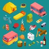Εξοπλισμός τουριστών, αυτοκίνητα στρατοπέδευσης, πρόχειρο φαγητό και isometric διανυσματική συλλογή υπολοίπου accessorises ελεύθερη απεικόνιση δικαιώματος