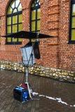 Εξοπλισμός φωτισμού για την πρόσοψη του σπιτιού τούβλου για τη μαγνητοσκόπηση στοκ φωτογραφία με δικαίωμα ελεύθερης χρήσης