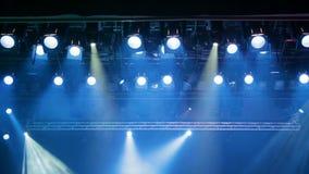 Εξοπλισμός φωτισμού στο στάδιο του θεάτρου κατά τη διάρκεια της απόδοσης Οι ελαφριές ακτίνες από το επίκεντρο μέσω του καπνού απόθεμα βίντεο