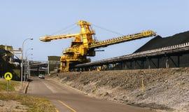 Εξοπλισμός φόρτωσης άνθρακα που προετοιμάζει τους σωρούς του άνθρακα Στοκ Φωτογραφία