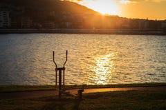 Εξοπλισμός άσκησης σε ένα δημόσιο πάρκο στο ηλιοβασίλεμα σε Castro Urdiales Cantabria Στοκ Εικόνες