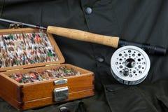 Εξοπλισμός αλιείας μυγών και υπαίθριο παλτό Στοκ Φωτογραφίες