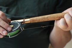 Εξοπλισμός αλιείας μυγών που κατέχει το άτομο Στοκ Εικόνες
