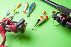 Εξοπλισμός αλιείας σε ένα πράσινο υπόβαθρο Στοκ εικόνες με δικαίωμα ελεύθερης χρήσης