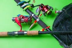 Εξοπλισμός αλιείας σε ένα πράσινο υπόβαθρο Στοκ Εικόνες