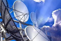Εξοπλισμός για να συνδέσει τις υπηρεσίες δορυφόρων και καλωδίων στο υπόβαθρο του μπλε ουρανού Στοκ Φωτογραφίες