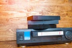 Εξοπλισμός για τις ταινίες VHS παιχνιδιού σε έναν ξύλινο πίνακα Στοκ Εικόνα