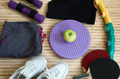 Εξοπλισμός ικανότητας και η έννοια ενός υγιούς τρόπου ζωής, πάνινα παπούτσια, στεφάνη, αντισφαίριση, αλτήρες, σημειωματάριο της A Στοκ Φωτογραφίες