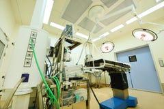 Εξοπλισμός και ιατρικές συσκευές στο σύγχρονο λειτουργούν δωμάτιο Στοκ Εικόνα