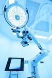 Εξοπλισμός και ιατρικές συσκευές στο σύγχρονο λειτουργούν δωμάτιο Στοκ εικόνα με δικαίωμα ελεύθερης χρήσης