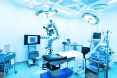 Εξοπλισμός και ιατρικές συσκευές στο σύγχρονο λειτουργούν δωμάτιο Στοκ εικόνες με δικαίωμα ελεύθερης χρήσης