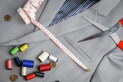 Εξοπλισμός ραφτών κοστουμιών, στο σταυρωτό κοστούμι Στοκ Φωτογραφία