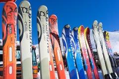 Εξοπλισμός σκι στο κέντρο σκι Falakro, στην Ελλάδα Οι επισκέπτες μπορούν ren Στοκ Εικόνες