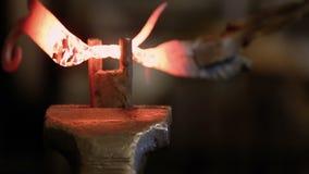 Εξοπλισμός σφυρηλατημένων κομματιών και καυτό μέταλλο χειρισμού απόθεμα βίντεο