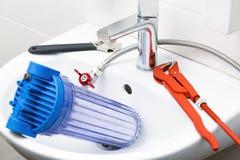 Εξοπλισμός υδραυλικών και φίλτρο νερού στο νεροχύτη στοκ εικόνες με δικαίωμα ελεύθερης χρήσης
