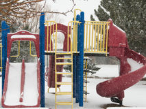 Εξοπλισμός χειμερινών παιδικών χαρών, σκάλα, φωτογραφικές διαφάνειες, φραγμοί Στοκ φωτογραφία με δικαίωμα ελεύθερης χρήσης