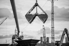 Εξοπλισμός χειρισμού άνθρακα λιμένων Στοκ Φωτογραφίες