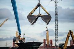 Εξοπλισμός χειρισμού άνθρακα λιμένων Στοκ φωτογραφία με δικαίωμα ελεύθερης χρήσης