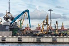 Εξοπλισμός χειρισμού άνθρακα λιμένων Στοκ Φωτογραφία