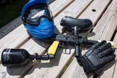 Εξοπλισμός Paintball που τοποθετείται στο ξύλινο υπόβαθρο Στοκ Εικόνες