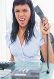 Εξοργισμένη επιχειρηματίας που κλείνει το τηλέφωνο το τηλέφωνο Στοκ φωτογραφίες με δικαίωμα ελεύθερης χρήσης