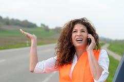 Εξοργισμένος νέος θηλυκός οδηγός σε την κινητή στοκ φωτογραφίες