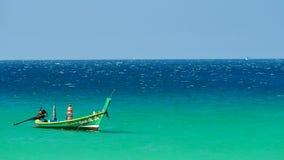 Εξορμήσεις βαρκών που επιπλέουν στη θάλασσα των τροπικών παραλιών μια ηλιόλουστη ημέρα φιλμ μικρού μήκους