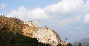 Εξορύσσοντας - καταστροφή - το σκάψιμο Hiils - συντήρηση περιβάλλοντος Στοκ φωτογραφία με δικαίωμα ελεύθερης χρήσης