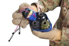 εξουδετερωμένος αυτοσχεδιασμένος εκρηκτικός μηχανισμός (IED) υπό εξέταση στοκ φωτογραφία με δικαίωμα ελεύθερης χρήσης