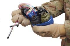 εξουδετερωμένος αυτοσχεδιασμένος εκρηκτικός μηχανισμός (IED) υπό εξέταση στοκ φωτογραφίες με δικαίωμα ελεύθερης χρήσης
