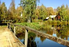 εξοχικά σπίτια γεφυρών φθ&iot Στοκ φωτογραφία με δικαίωμα ελεύθερης χρήσης