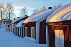 Εξοχικά σπίτια εκκλησιών RÃ¥neÃ¥s στα χειμερινά παλτά Στοκ Εικόνες