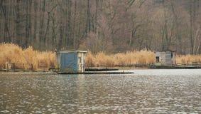 Εξοχικά σπίτια μετα-Apo στη λίμνη Στοκ Φωτογραφίες