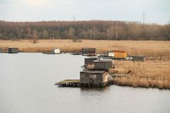 Εξοχικά σπίτια μετα-Apo στη λίμνη Στοκ Εικόνες
