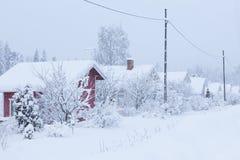 Εξοχικά σπίτια που καλύπτονται μικρά στο χιόνι Στοκ φωτογραφία με δικαίωμα ελεύθερης χρήσης