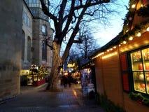 Εξοχικά σπίτια Χριστουγέννων μεταξύ της γοτθικής αρχιτεκτονικής στις αγορές της Στουτγάρδης Γερμανία στοκ εικόνες