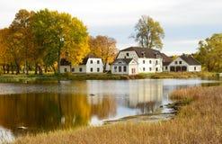 Εξοχικά σπίτια όχθεων της λίμνης Στοκ Φωτογραφία