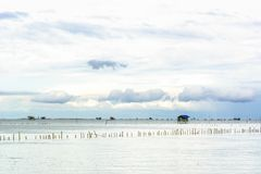 Εξοχικό σπίτι αλιείας τοπίων στη θάλασσα Στοκ Φωτογραφίες