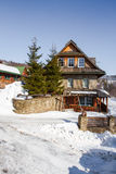 Εξοχικό σπίτι βουνών το χειμώνα Στοκ Εικόνες