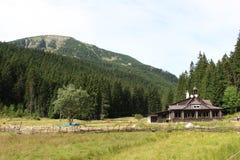 Εξοχικό σπίτι βουνών φύσης Στοκ Εικόνες