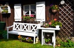 Εξοχικό σπίτι κήπων το καλοκαίρι Στοκ Εικόνες