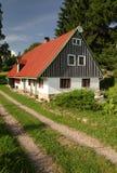 Εξοχικό σπίτι και πορεία Στοκ φωτογραφία με δικαίωμα ελεύθερης χρήσης