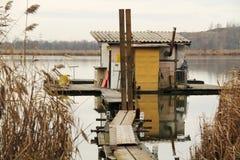 Εξοχικό σπίτι μετα-Apo στη λίμνη Στοκ Εικόνες