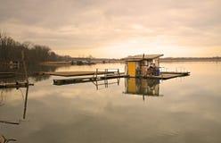 Εξοχικό σπίτι μετα-Apo στη λίμνη Στοκ Φωτογραφίες