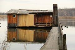 Εξοχικό σπίτι μετα-Apo στη λίμνη Στοκ Εικόνα