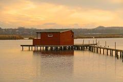 Εξοχικό σπίτι μετα-Apo στη λίμνη Στοκ εικόνες με δικαίωμα ελεύθερης χρήσης