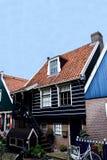 Εξοχικό σπίτι με τα ξύλινα σκαλοπάτια Στοκ Εικόνες