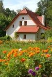 Εξοχικό σπίτι με τα λουλούδια Στοκ φωτογραφία με δικαίωμα ελεύθερης χρήσης